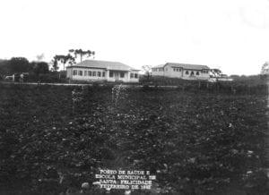 Posto de Saúde (centro) e Escola Municipal de Santa Felicidade (à direita) em 1943.
