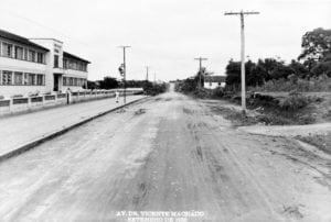 Rua Vicente Machado e, à esquerda, o Grupo Escolar Júlia Wanderley em 1950.