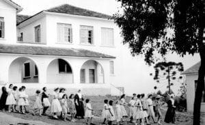 Meninas internas e Filhas de Caridade no Lar Escola Hermínia Lupion em 1957.