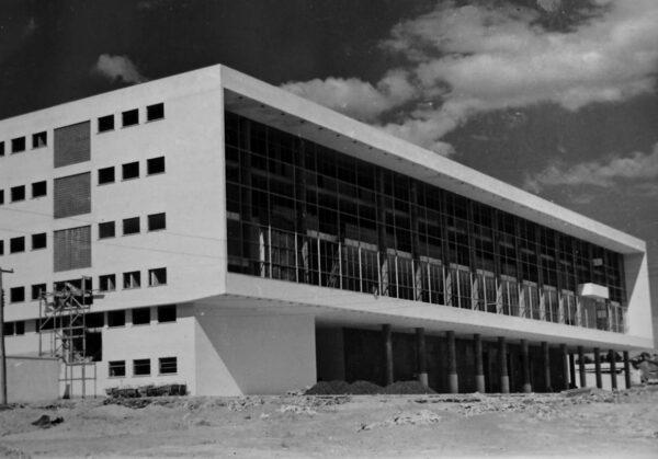 Construção do Palácio Iguaçu no Centro Cívico, em Curitiba - década de 1950