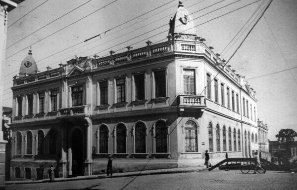 Edifício da Collectoria, Junta e Instituto Commercial e Directoria de Águas e Esgotos, em Curitiba - 1942.