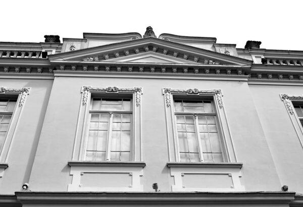 Detalhe das janelas do 2° pavimento, fachadas laterais, arrematadas por frontão. Casa Andrade Muricy, em Curitiba - 2008.