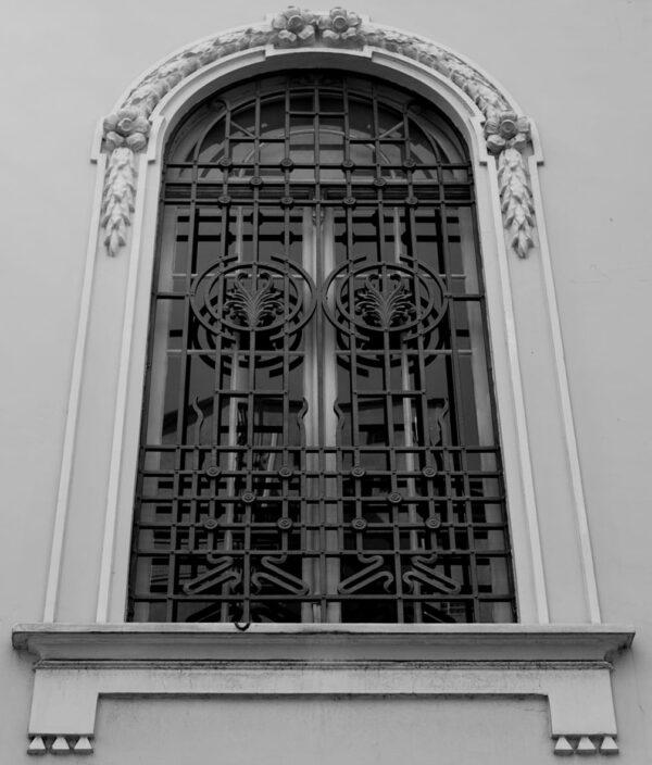 Detalhe da janela no térreo protegida por grade de ferro. Casa Andrade Muricy, em Curitiba 2008.