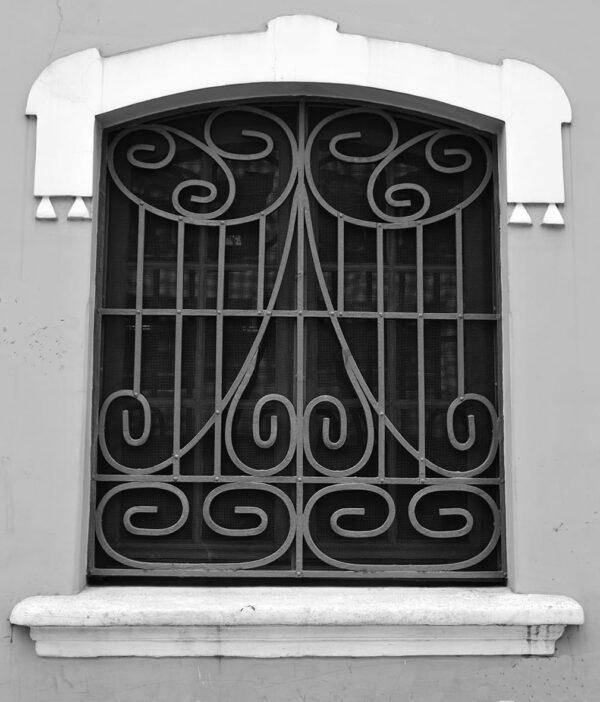 Detalhe da janela no porão protegida por grade de ferro. Casa Andrade Muricy, em Curitiba - 2008.