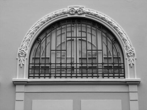 Detalhe da janela no térreo protegida por grade de ferro correspondente à ampliação da ala direita na década de 1930. Casa Andrade Muricy, em Curitiba - 2008.