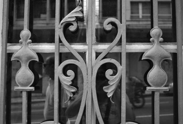 Detalhe da grade da porta principal. Casa Andrade Muricy, em Curitiba - 2008.