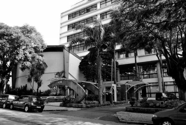 Em primeiro plano a pérgola da entrada principal e o auditório do Edifício Oswaldo Lacerda de Pacheco, em Curitiba - 2009.