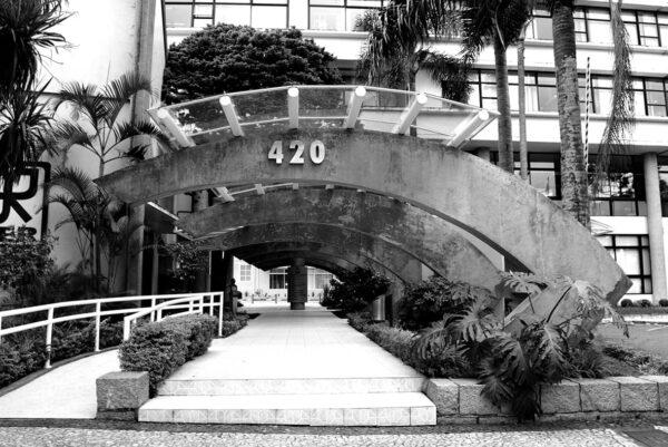 Detalhe da pérgola da entrada principal do Edifício Oswaldo Lacerda de Pacheco, em Curitiba – 2009.