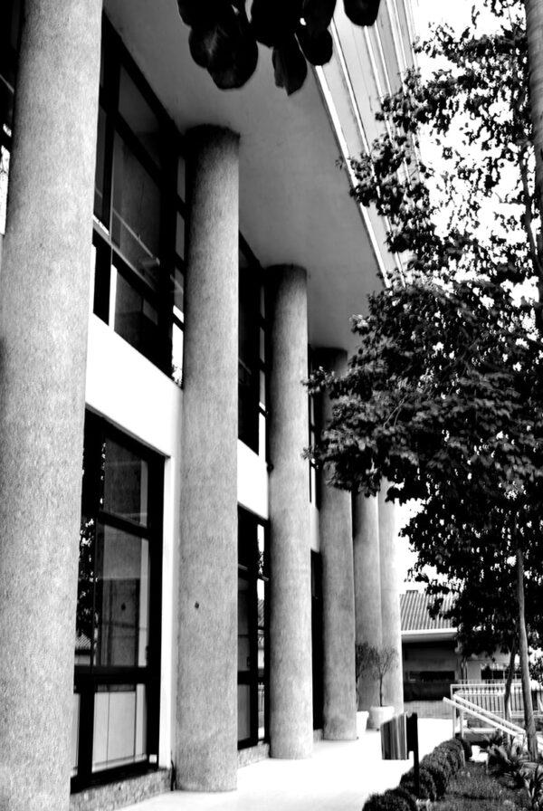 Detalhe dos pilotis na fachada principal do Edifício Oswaldo Lacerda de Pacheco, em Curitiba – 2009.