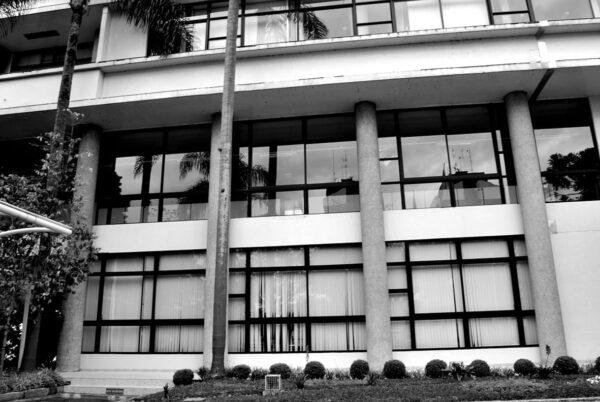 Detalhe dos pilotis na fachada principal do Edifício Oswaldo Lacerda de Pacheco, em Curitiba - 2009.