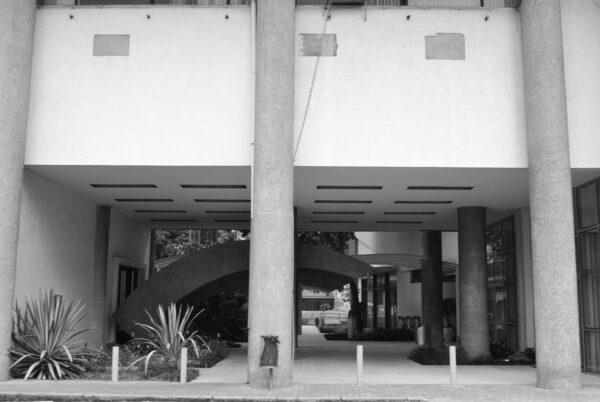 Entrada principal vista pelos fundos do Edifício Oswaldo Lacerda de Pacheco, em Curitiba - 2009.