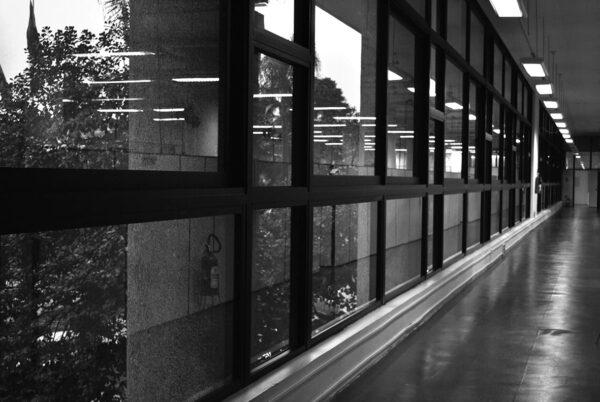 Detalhe interno da janela em linha da fachada principal (sobreloja) do Edifício Oswaldo Lacerda de Pacheco, em Curitiba - 2009.
