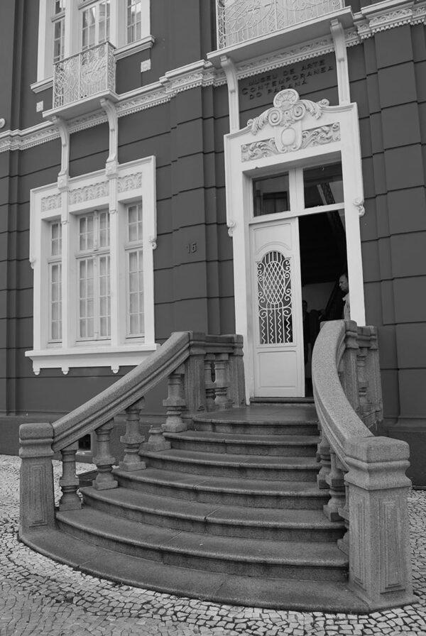Detalhe da entrada principal do Museu de Arte Contemporânea de Curitiba - 2009.