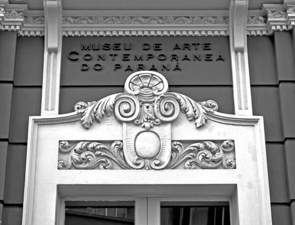 Detalhe da moldura superior da entrada principal do Museu de Arte Contemporânea de Curitiba – 2009.