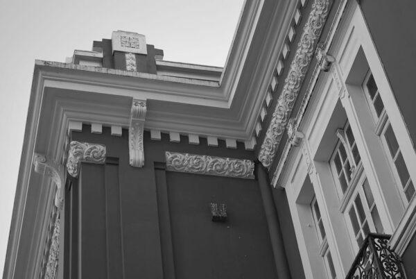 Detalhe de coroamento na fachada frontal do Museu de Arte Contemporânea de Curitiba - 2009.