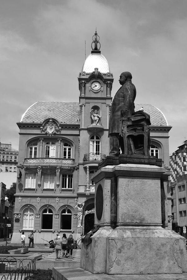 Estátua do Barão do Rio Branco e, ao fundo, a fachada principal do Paço da Liberdade, em Curitiba - 2009.