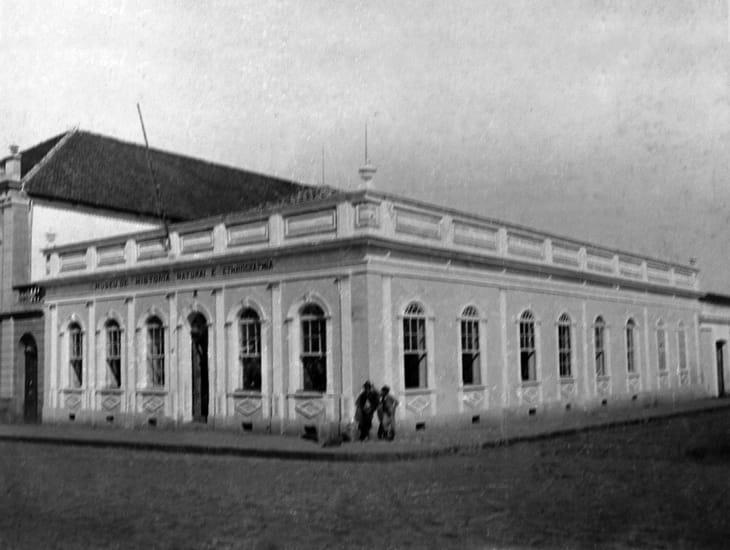 Antigo prédio da Assembléia, já como Museu de História Natural e Etnographia (depois Museu Paranaense), em Curitiba - sem data.