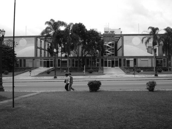 Detalhe dos dois acessos principais voltados para a Avenida Candido de Abreu. Palácio 29 de Março, em Curitiba - 2009.