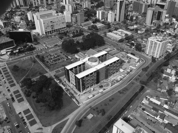 Vista aérea do Centro Cívico. Ao fundo e à direita, o Palácio 29 de Março, em Curitiba - década de 2000.