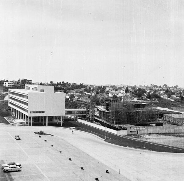 Edifício da Secretaria da Assembleia Legislativa do Paraná concluído e Plenário em construção, em Curitiba - 1969.