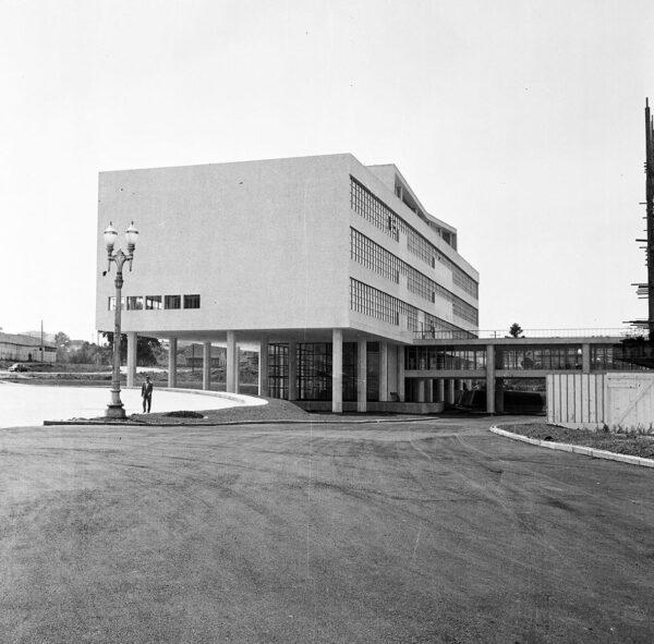 Edifício da Secretaria da Assembleia Legislativa do Paraná e passarela de ligação com o Plenário em construção, em Curitiba - 1969.