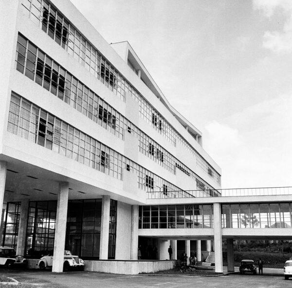 Detalhe da fachada posterior e passarela de ligação com o Plenário do edifício da Secretaria da Assembleia Legislativa do Paraná, em Curitiba - 1969.