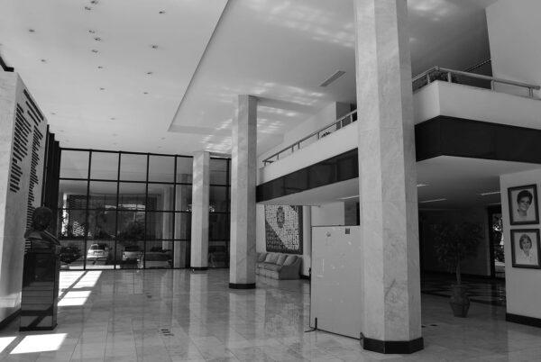Vestíbulo principal e mezzanino do Edifício da Secretaria da Assembleia Legislativa do Paraná, em Curitiba - 2009.