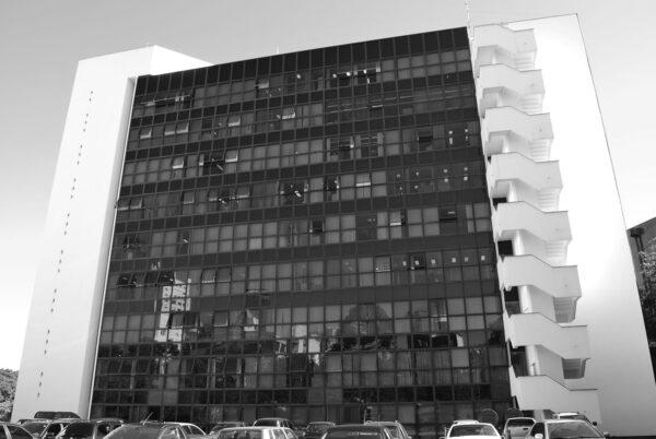 Anexo da Assembleia Legislativa do Paraná. Fachada voltada para o Palácio da Justiça, em Curitiba - 2009.