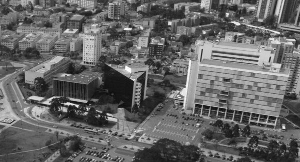 Vista aérea do conjunto da Assembleia Legislativa do Paraná, em Curitiba - década de 2000.