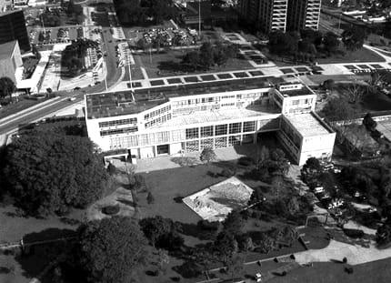 Vista aérea da fachada posterior do Palácio Iguaçu, em Curitiba - sem data.