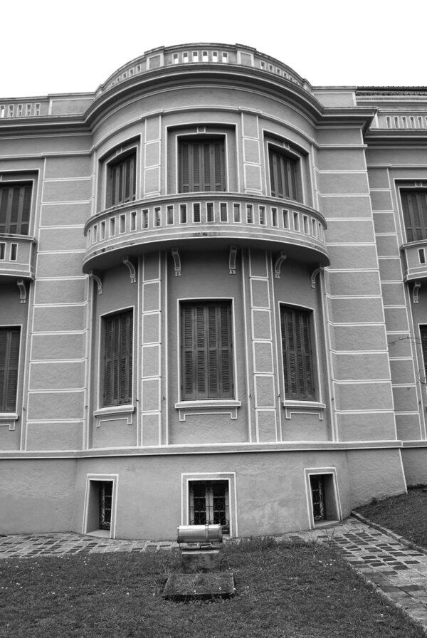 Detalhe do ressalto na fachada frontal do Museu Paranaense no antigo Palácio do Governo, em Curitiba - 2009.