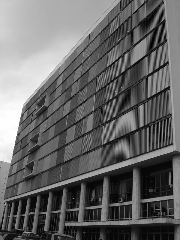 Detalhe dos pilotis na fachada frontal do Palácio da Justiça, em Curitiba - 2007.