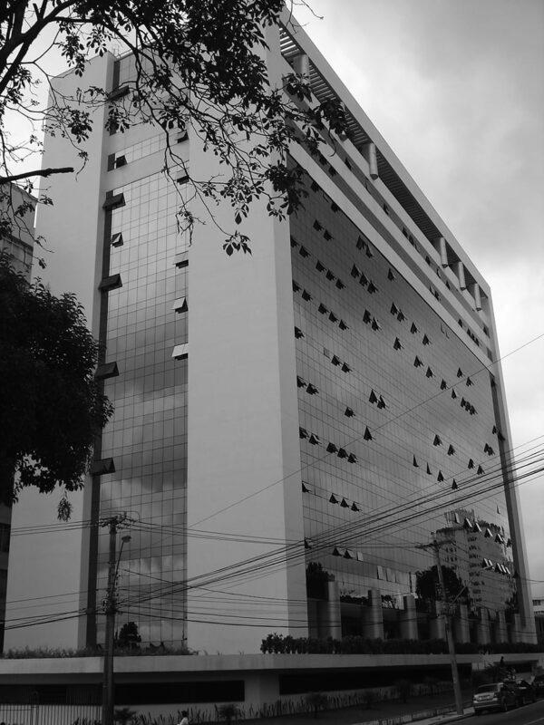 Fachada frontal do Anexo 1 do Palácio da Justiça, em Curitiba - 2009.