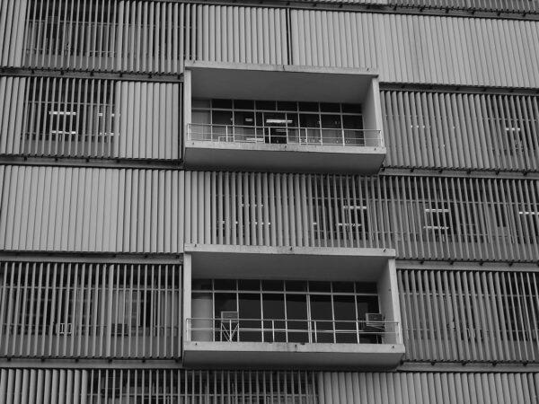 Detalhe dos brises-soleil e dos balcões na fachada frontal do Palácio da Justiça, em Curitiba - 2009.
