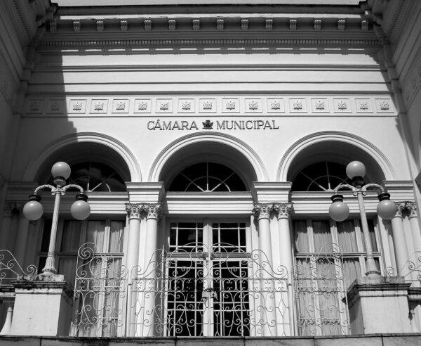 Detalhe da entrada principal na fachada frontal do Palácio Rio Branco, em Curitiba - 2009.