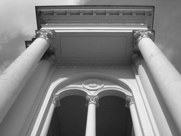 Detalhe das colunas e aberturas da loggia na fachada frontal do Palácio Rio Branco, em Curitiba - 2009.