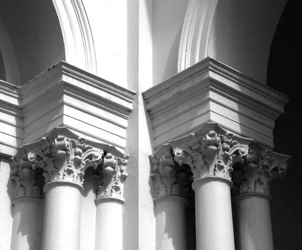 Detalhe das colunas na fachada frontal do Palácio Rio Branco, em Curitiba - 2009.
