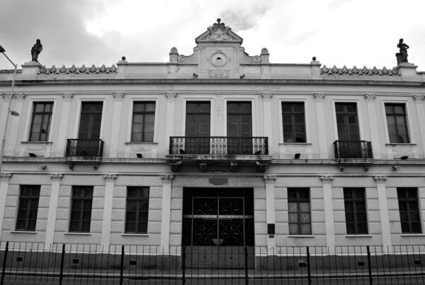 Detalhe do motif milieu da fachada frontal do Ministério Público do Estado do Paraná, em Curitiba - 2009.
