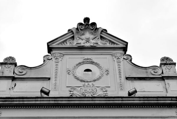 Detalhe do frontão da fachada frontal do Ministério Público do Estado do Paraná, em Curitiba - 2009.