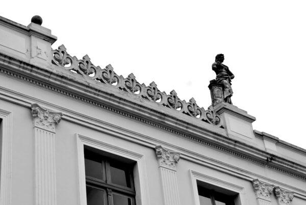 Rendilhado com motivo floral da platibanda da fachada frontal do Ministério Público do Estado do Paraná, em Curitiba - 2009.