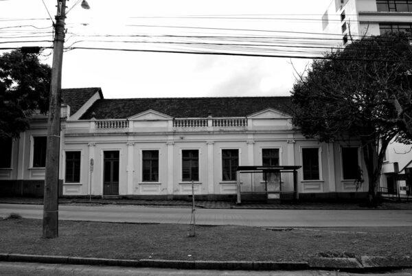 Vista parcial da fachada lateral do Ministério Público do Estado do Paraná, em Curitiba - 2009.