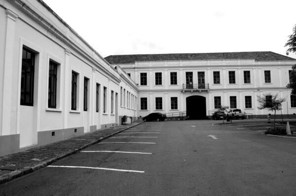 Vista parcial da fachada posterior do Ministério Público do Estado do Paraná, em Curitiba - 2009.
