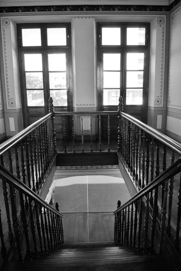Vista da escada central no pavimento superior do Ministério Público do Estado do Paraná, em Curitiba - 2009.