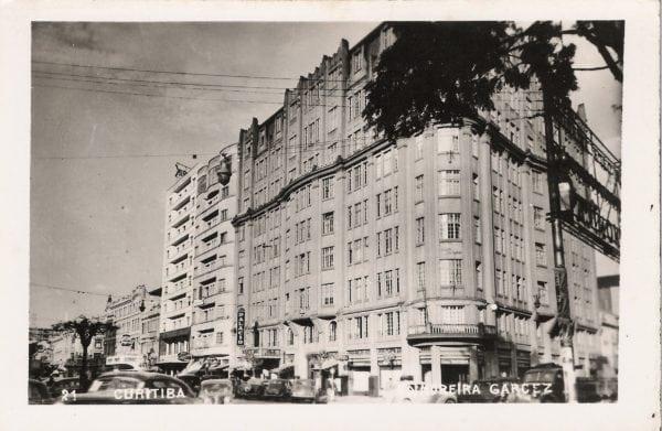 Postal do Edifício Moreira Garcez que circulou em Curitiba na década de 1940.