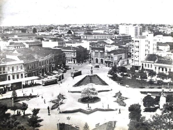 Praça Tiradentes no início da década de 1940. Ao fundo e à direita, o Edifício Tiradentes.