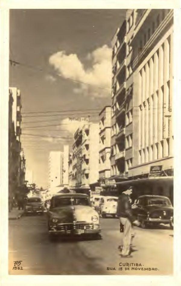 Cartão postal da Rua XV de Novembro da década de 1950. O Edifício Ewaldo Wendler é o segundo à direita.