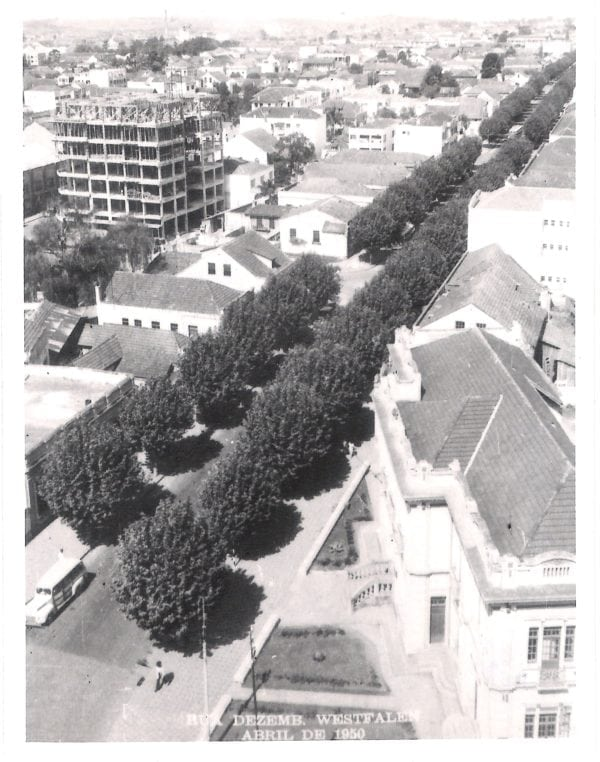 Edifício São Lourenço em construção, em 1950.