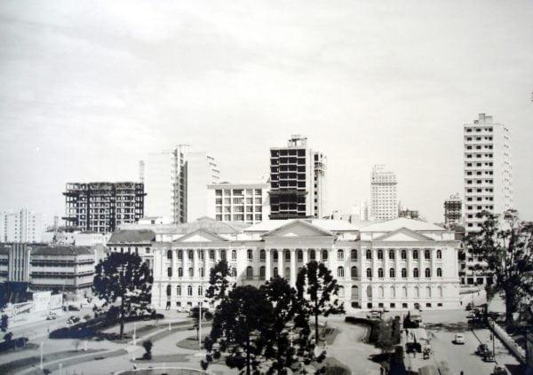 Praça Santos Andrade e a Universidade Federal do Paraná em meados da década de 1950. À direita, o Edifício Schwiderski.