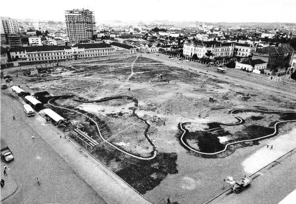 Praça Rui Barbosa em 1955. Ao fundo, o Edifício Dr. João Cândido em construção.
