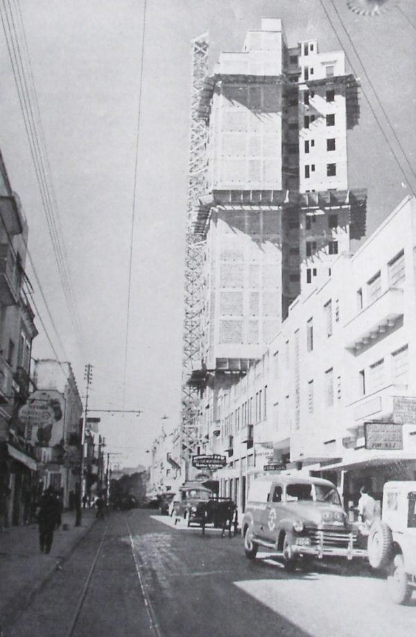 Rua São Francisco em 1952, ao fundo o Edifício Rosa ngela Perrone em construção.